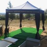 Namiot i nagłośnienie cmentarza przy pogrzebie tradycyjnym z trumną