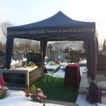 Namiot i nagłośnienie cmentarza przy pogrzebie urnowym